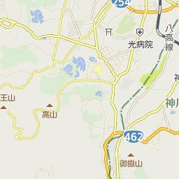 吉井駅前のバス時刻表とバス停地...